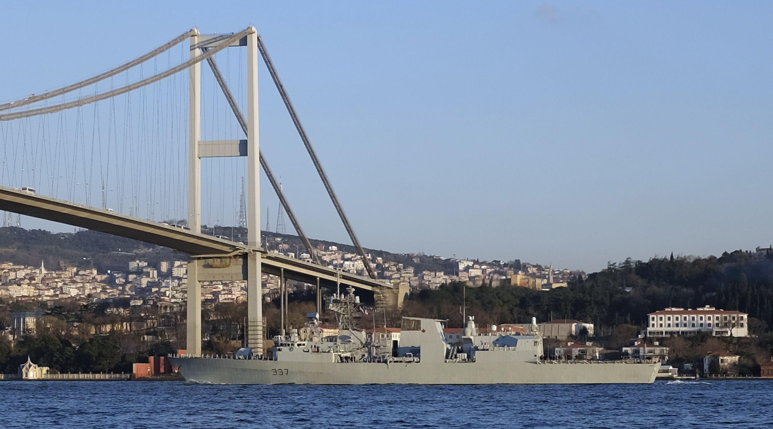 Прохождение военного корабля через пролив Босфор