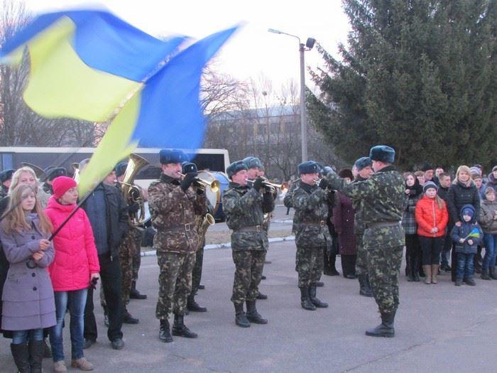 Военный оркестр встречает воинов из зоны АТО, иллюстрация
