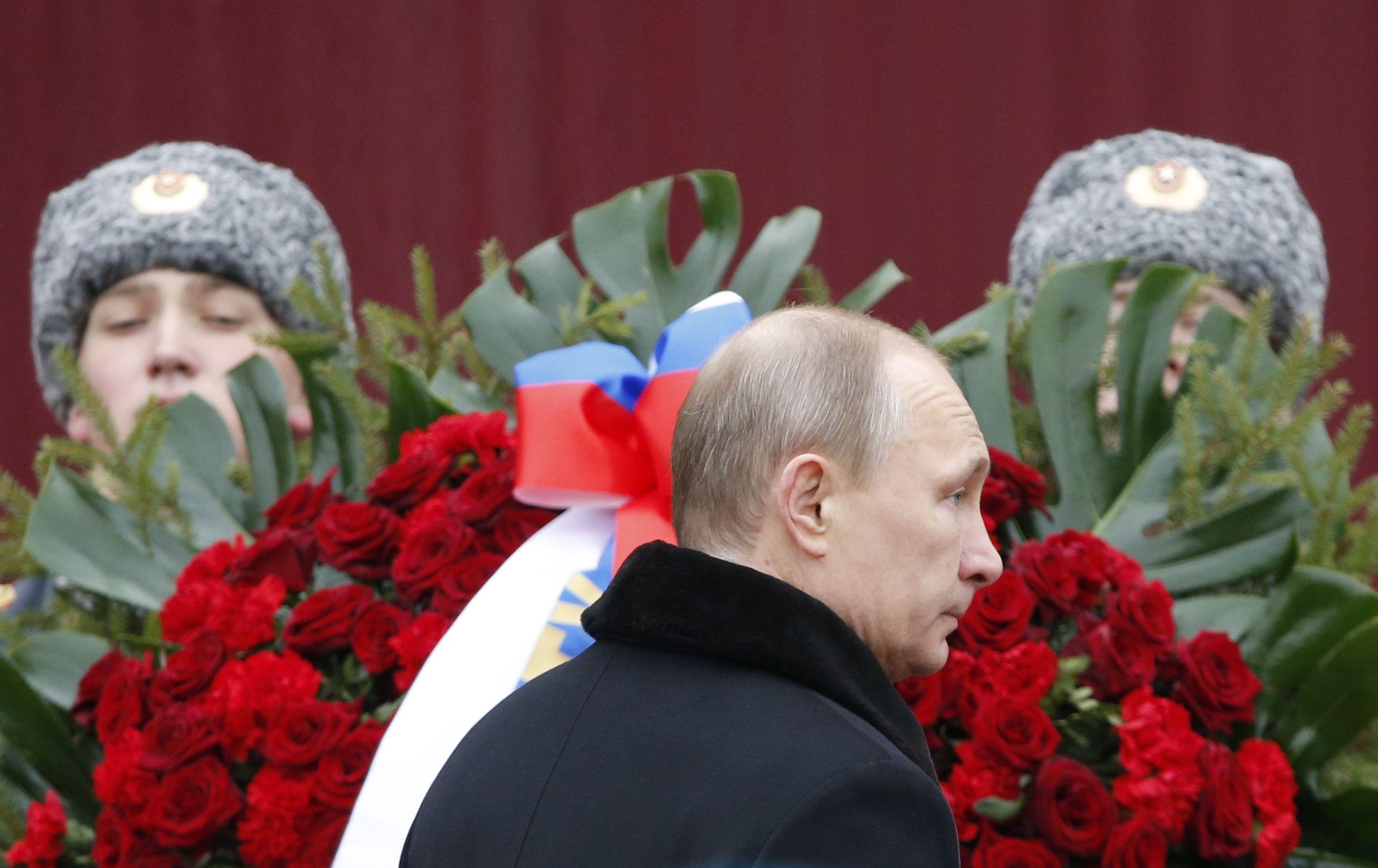 Владимир Путин у кремлевской стены