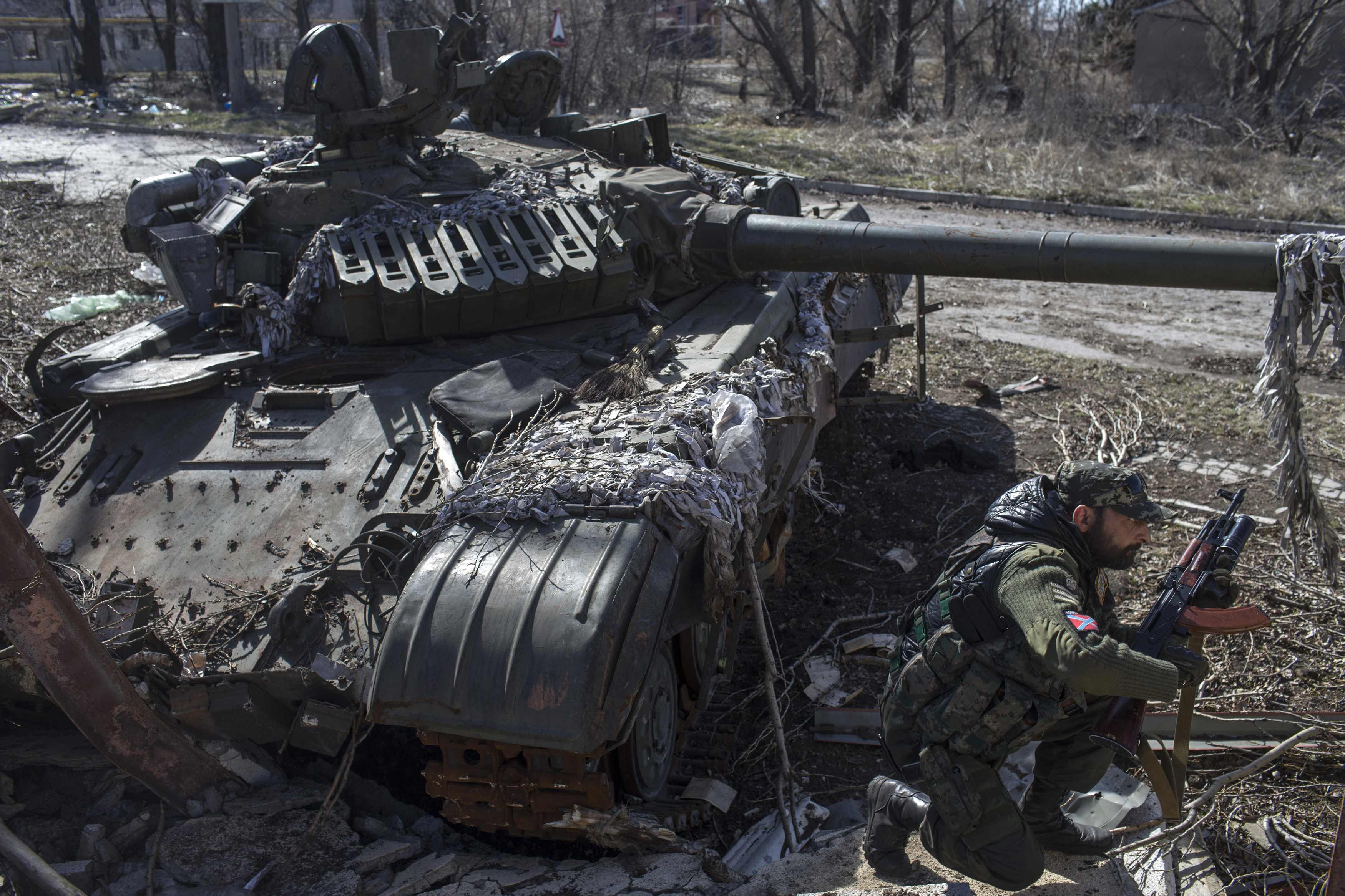 Боевик у сгоревшего танка под Донецком, иллюстрация