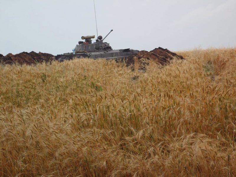 В поле легче напороться на мину или встретить БТР чем  комбайн или трактор.