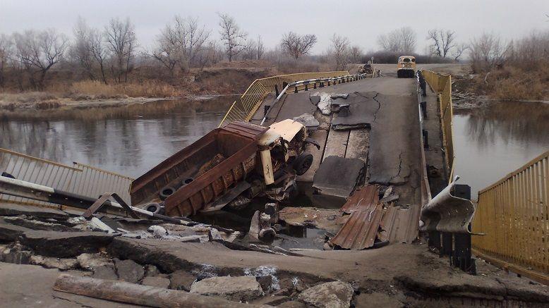 Мост возле Трехизбенки  Трехизбенки был подорван боевиками.