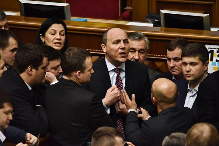 Депутаты заблокировали парламентскую трибуну