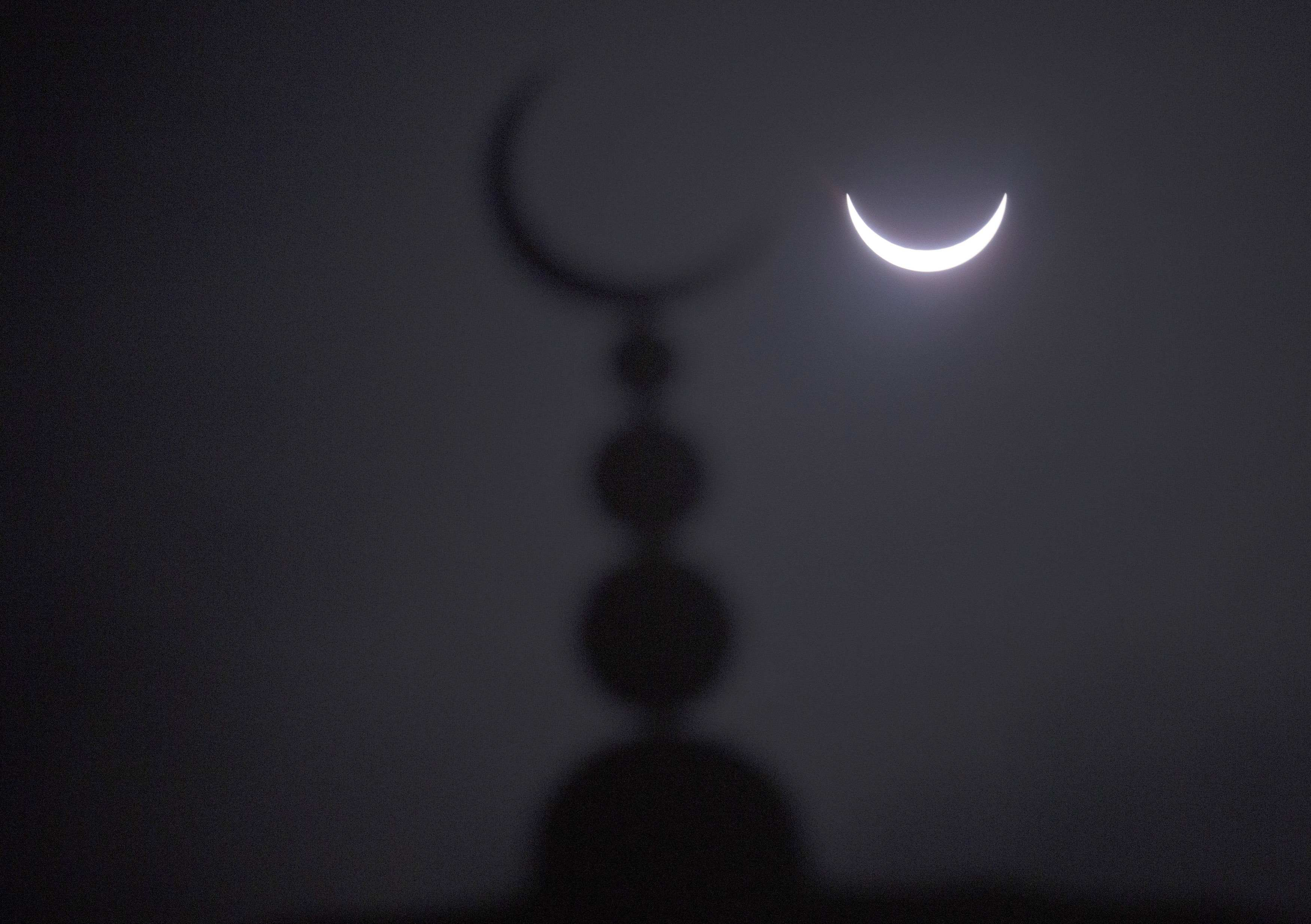 Опубликованы первые фото и видео солнечного затмения