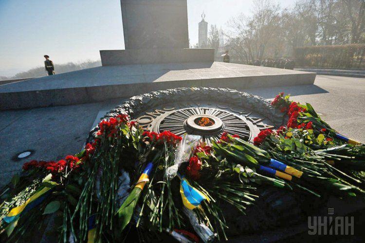 Вечный огонь на Могиле Неизвестного солдата в Киеве