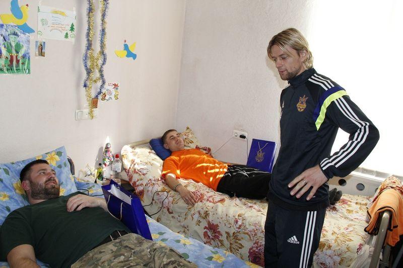 Анатолий Тимощук в госпитале у бойцов АТО