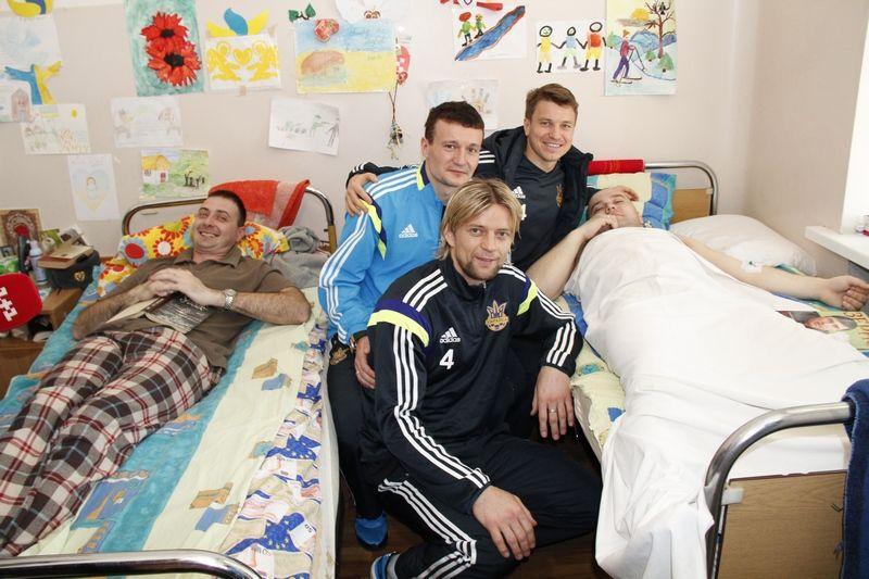 Анатолий Тимощук, Артем Федецкий и Руслан Ротань в госпитале у бойцов АТО
