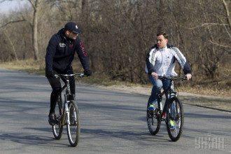 Виталий Кличко и глава Днепровской РГА Киева  Ярослав Горбунов на велосипедах на Трухановом острове.