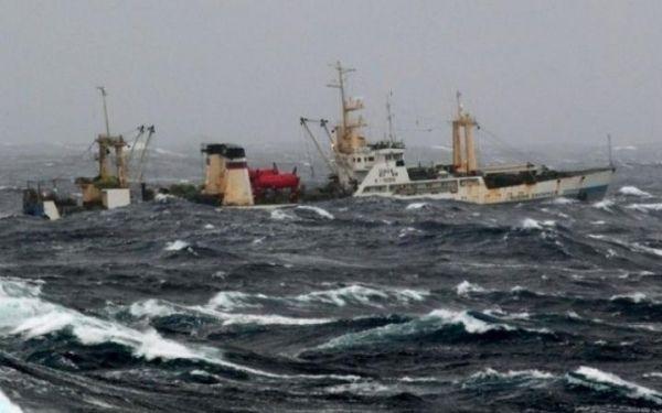 На борту затонувшего траулера