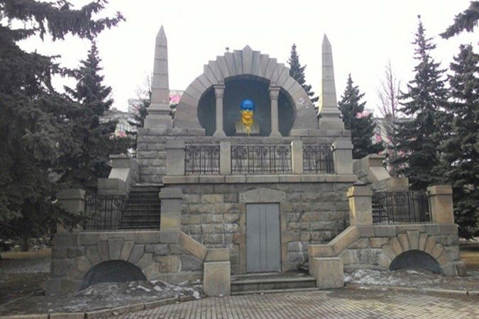 В цвета украинского флага раскрасили бюст Ленина.