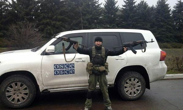 Боевики охотно позируют на фоне автомобилей ОБСЕ