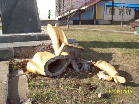 Свергнутый и разбитый памятник Ленину