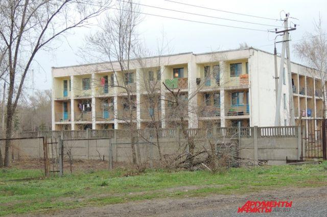 Временный приют для беженцев с Украины – это трехэтажное здание.