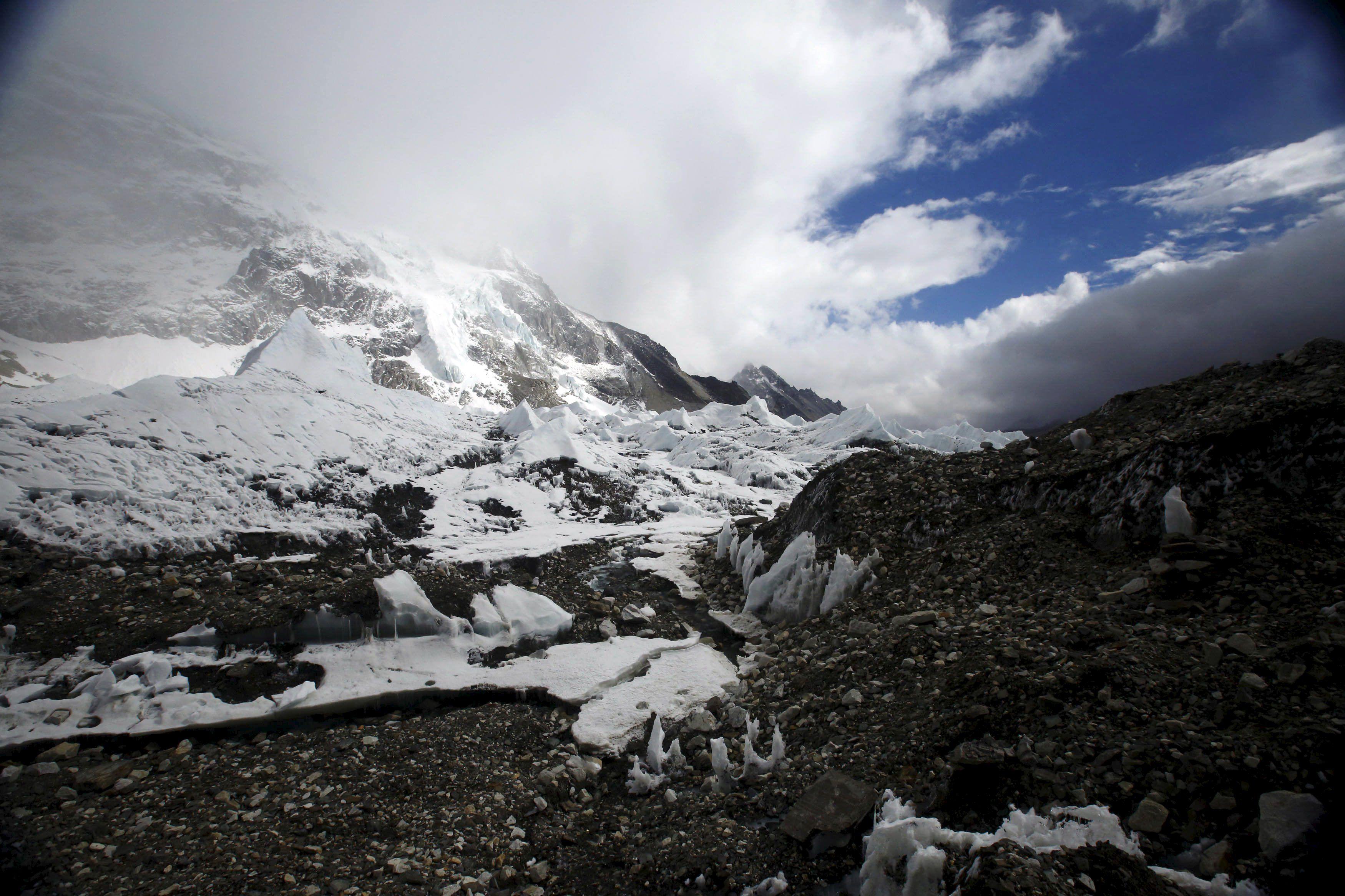После землетрясения в Гималаях сошла серия мощных лавин