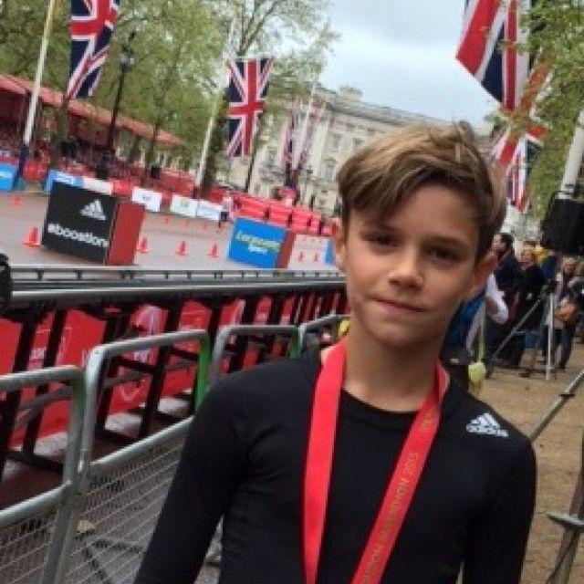 12-летний сын Виктории и Дэвида Бекхэм участвовал в марафоне в Лондоне