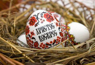 На Пасху яйца можно покрасить луковой шелухой, зеленкой и куркумой