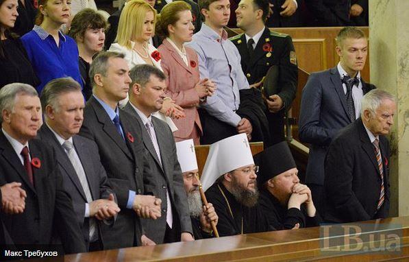 Представители УПЦ Московского патриархата не посчитали нужным подняться при зачитывании имен Героев Украины.