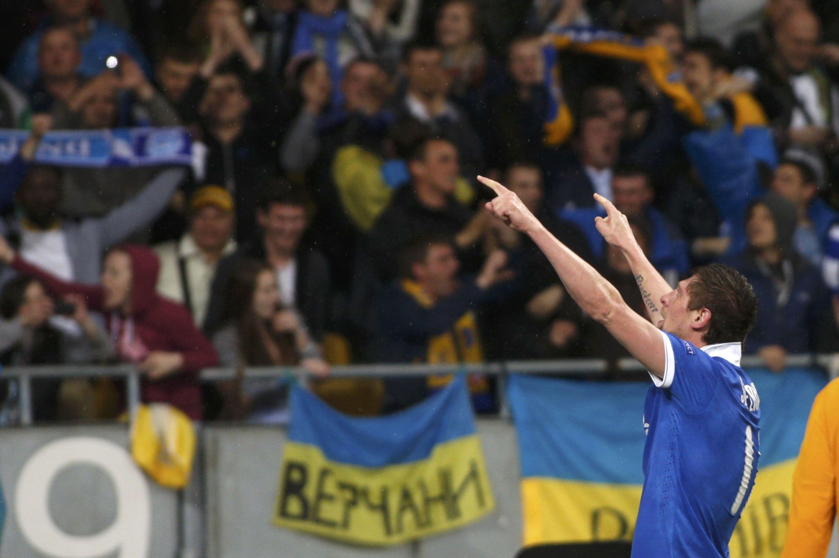 Евгений Селезнев отмечает гол в ворота