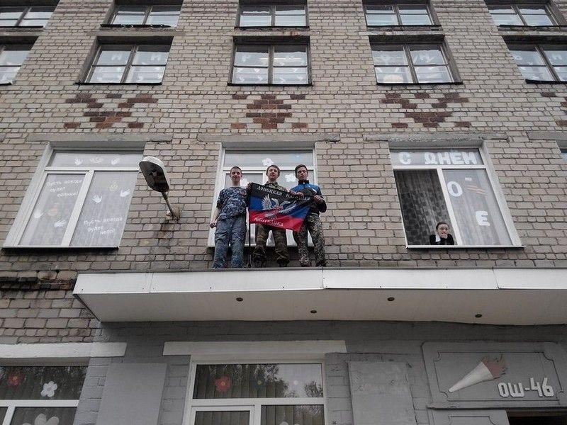"""Реалии ДНР: в школе ученики на сцене """"расстреливали"""" украинцев, опубликованы фото"""