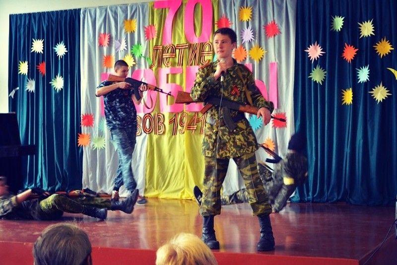 В школе ДНР на сцене «расстреливали» украинцев