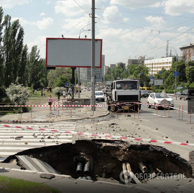 Провал автодороги в Киеве