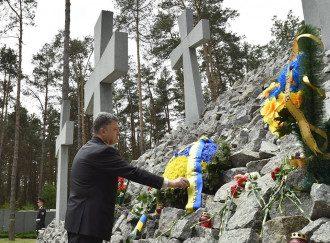 Порошенко возложил венок на мемориал в Быковне