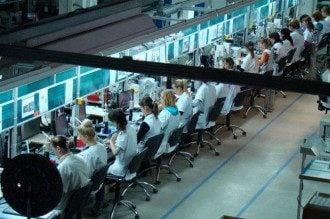 Сборка деталей для ведущих мировых брендов на одном из украинских заводов
