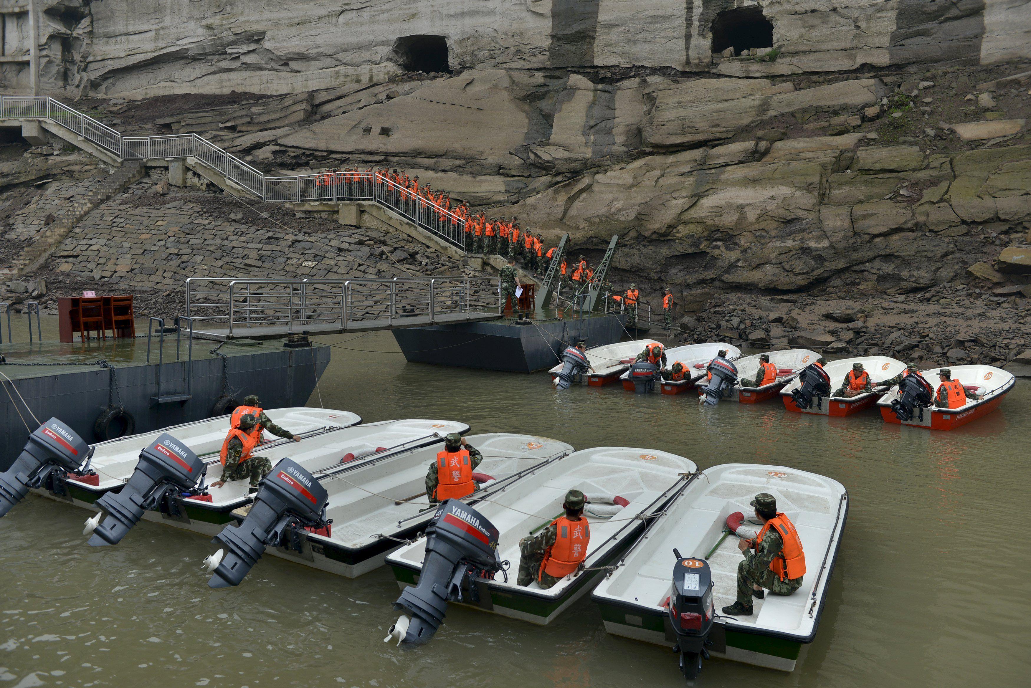 Спасатели готовятся к операции на Янцзы
