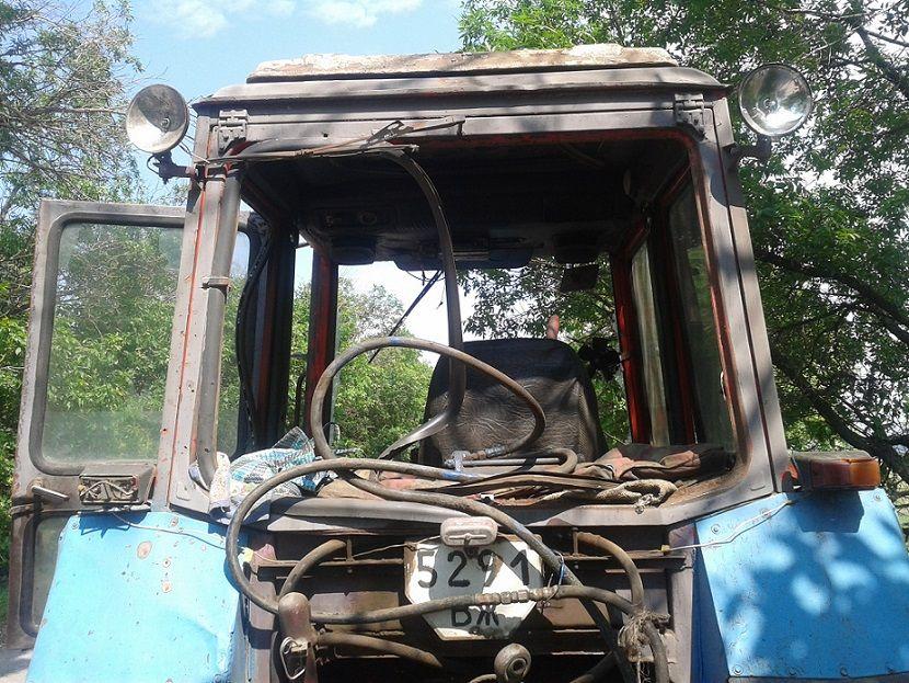 Поврежденный трактор, иллюстрация
