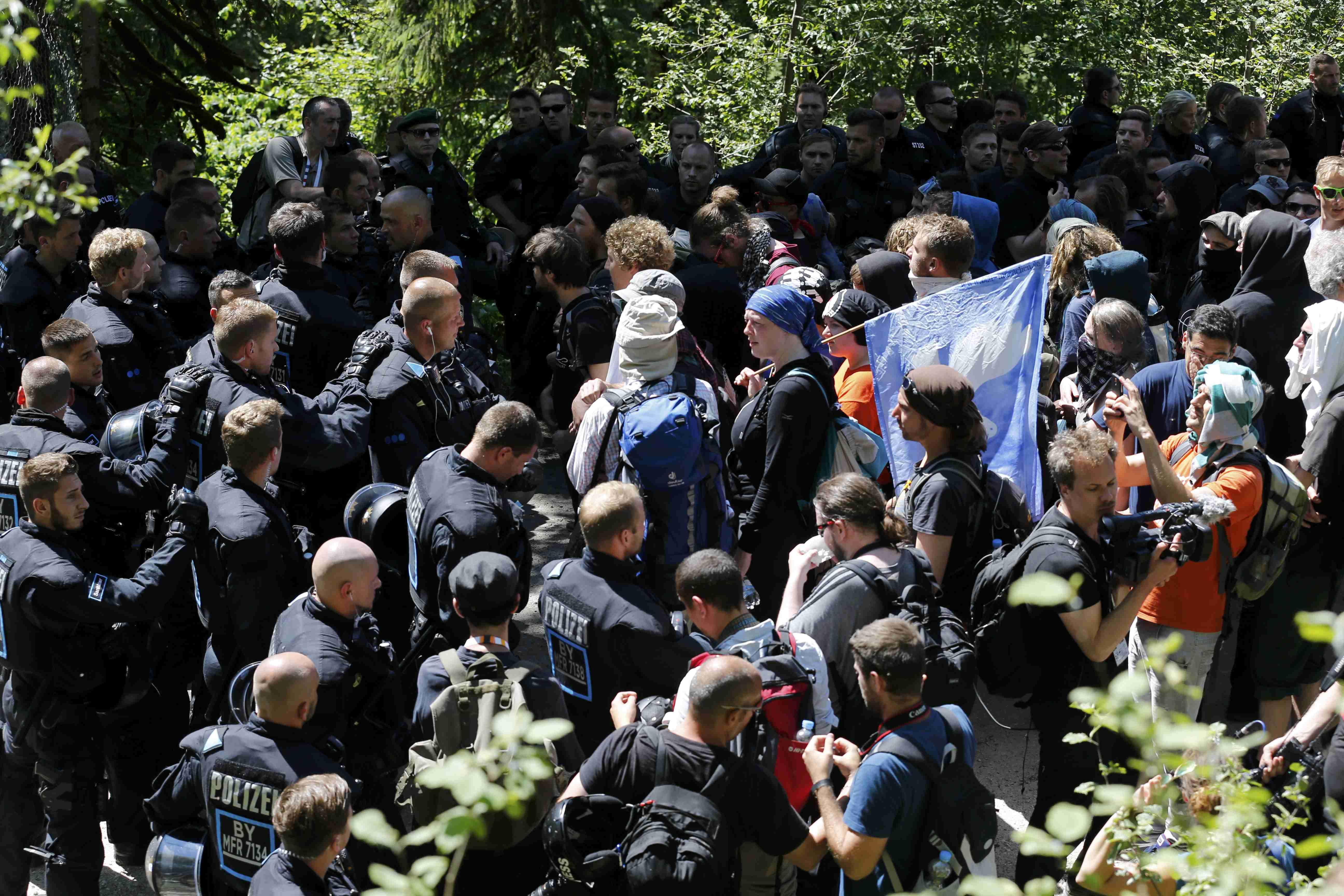 Полиция и протестующие