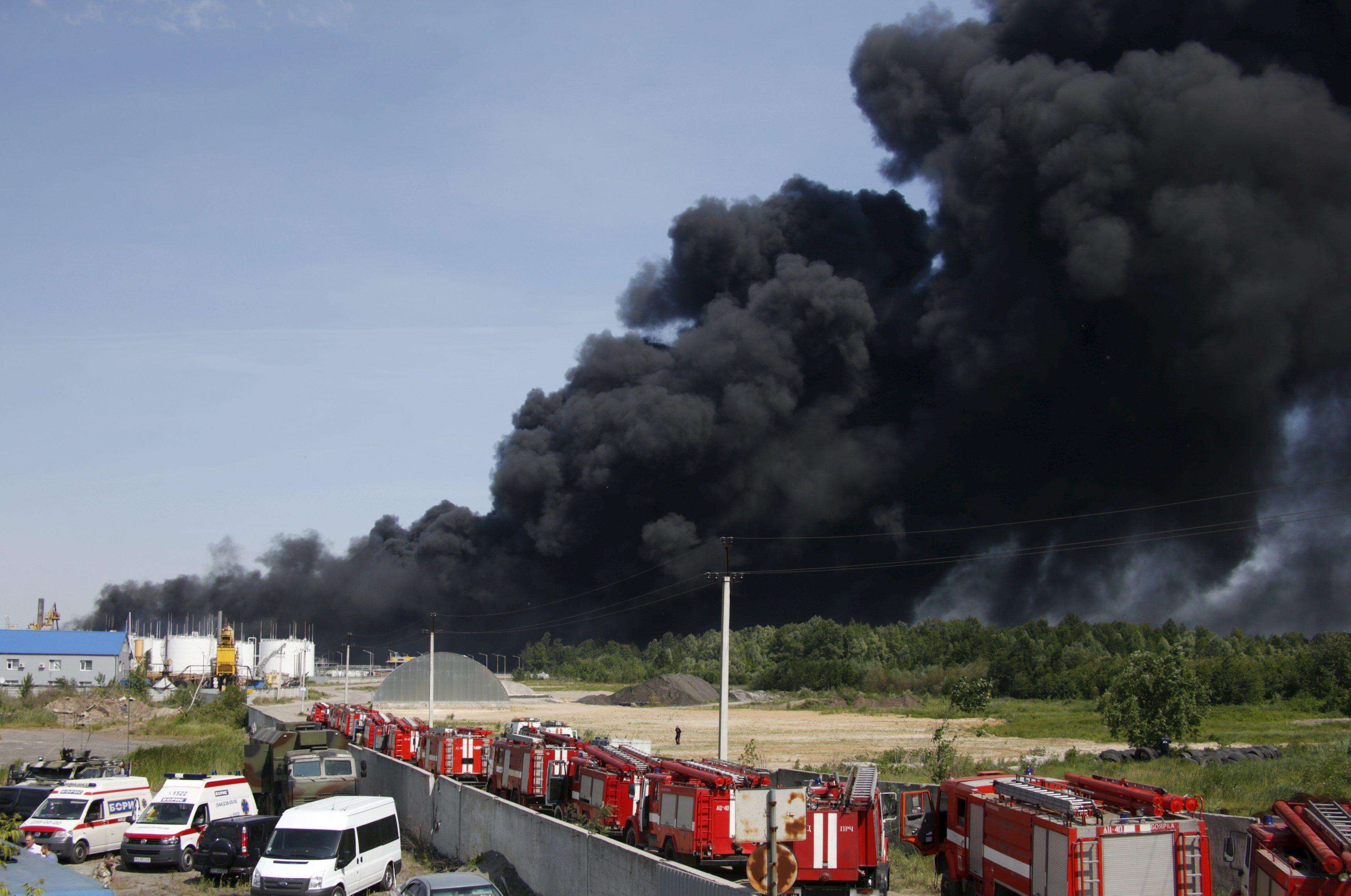 Ядовитый дым уже более суток поднимается в небо под Васильковом
