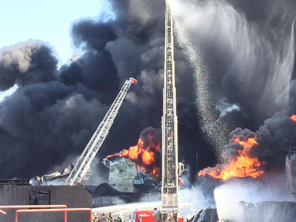 Борьба с огнем на нефтебазе под Киевом