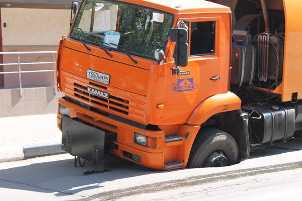 Яма с провалившимся грузовиком