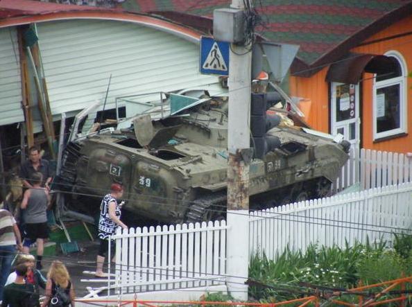 В Луганске боевики на БМП снесли летнюю площадку