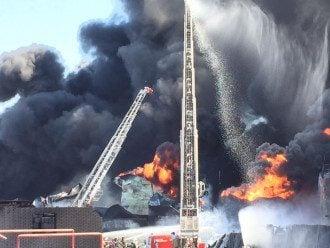 Пожарные ведут пенную атаку