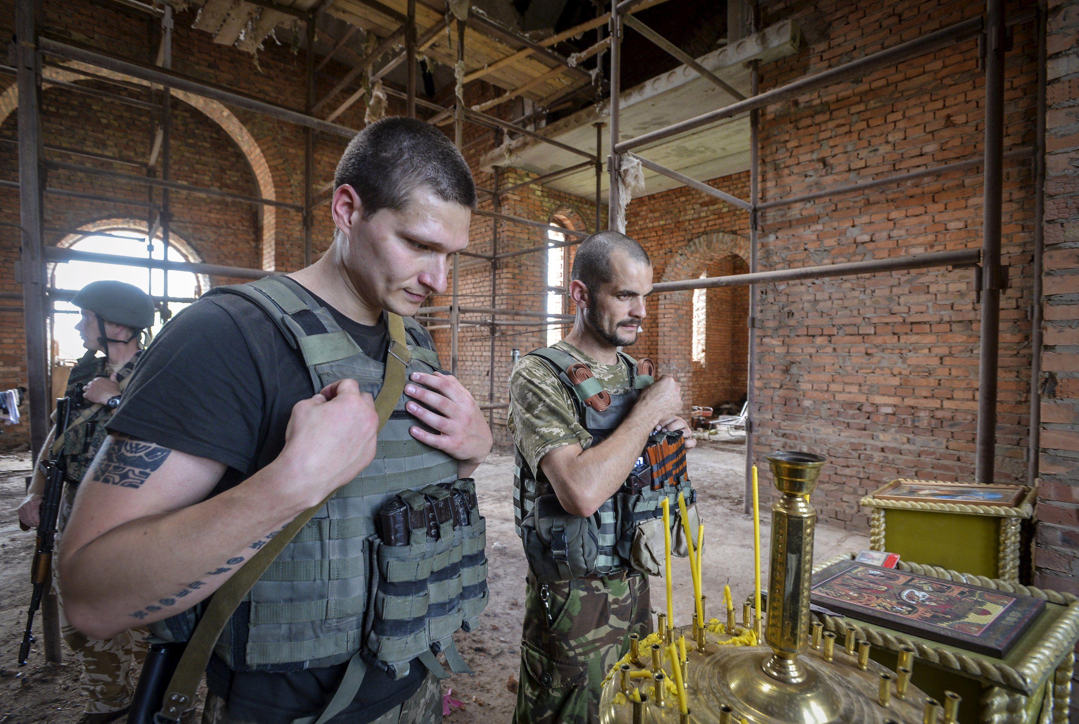 Украинские воины в полуразрушенных Песках