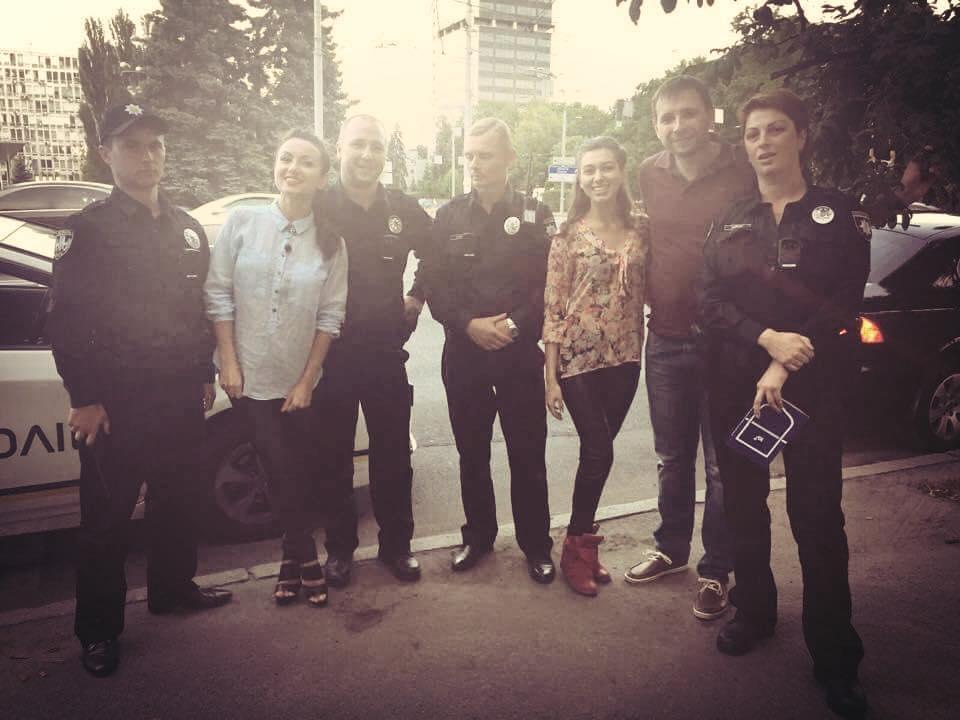 Парасюк (второй справа) с киевскими полицейскими