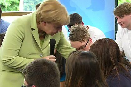 Меркель объяснила палестинской девочке необходимость депортаций.