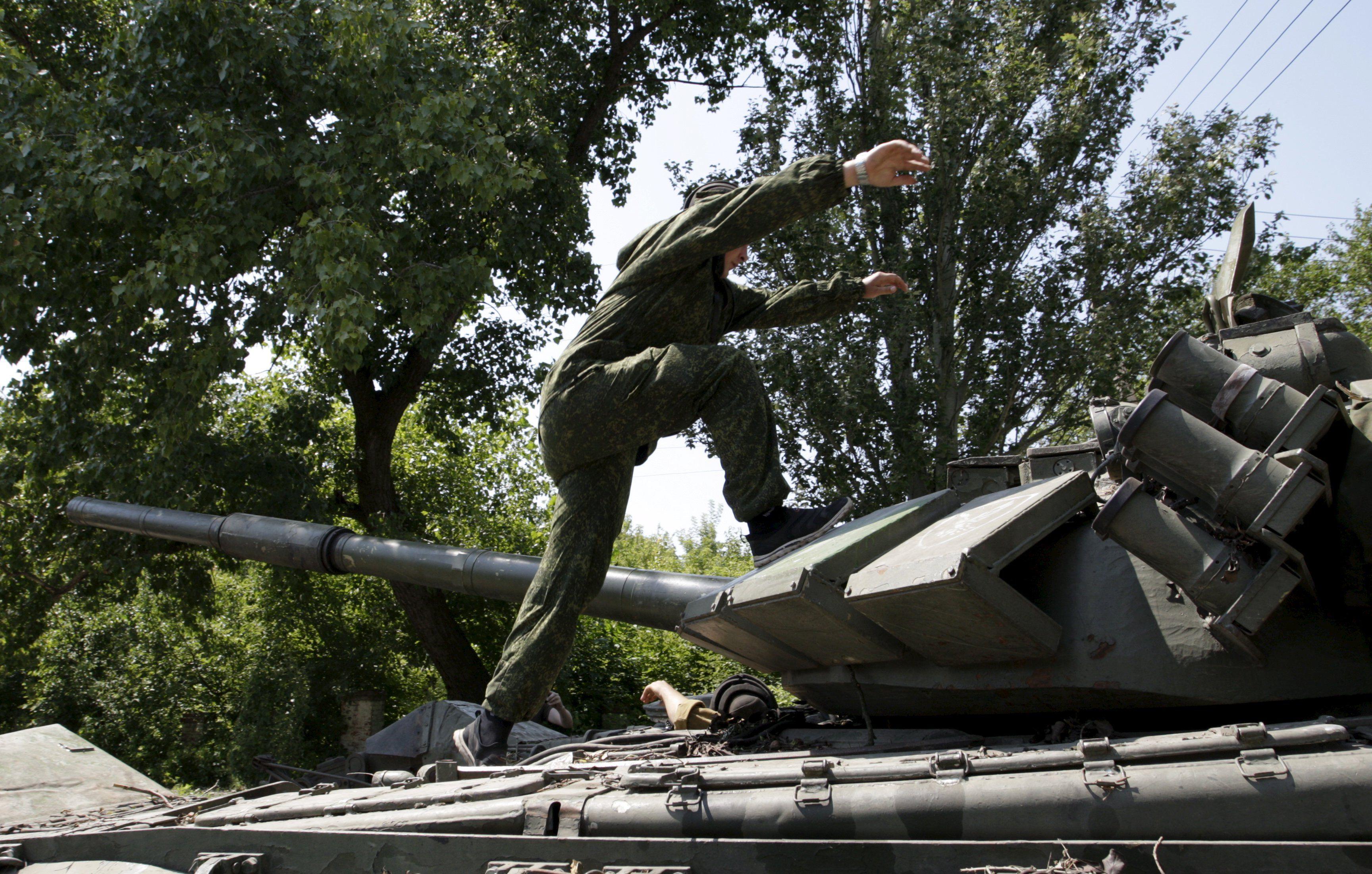 Вражеский танк на Донбассе