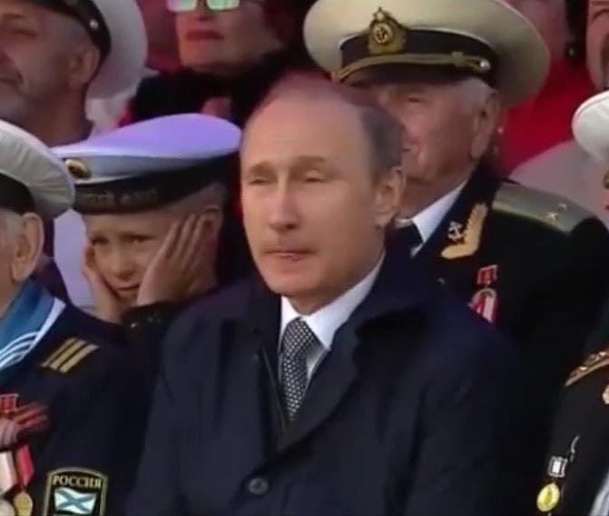 Владимир Путин смотрит парад в Балтийске