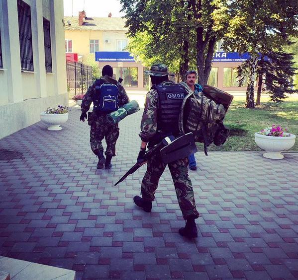 Здание суда в Донецке охраняли сегодня как Форт Нокс.