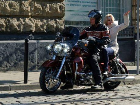 Швайка катает Фарион на подаренном Harley-Davidson