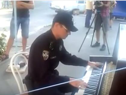 Столичный полицейский играет на пианино