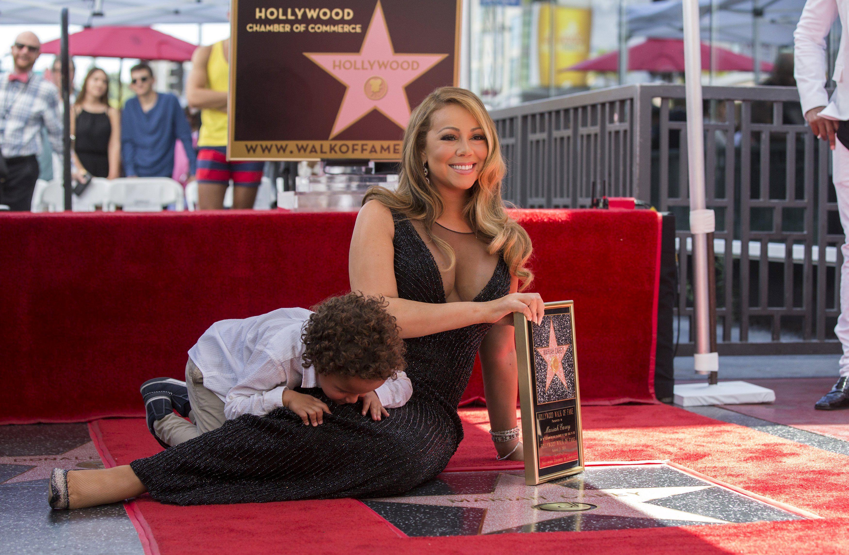 Мэрайя Кэри полежала возле своей звезды на Аллее славы