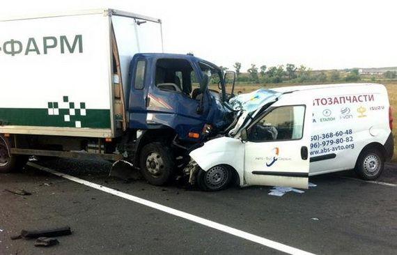 На Закарпатье фургон на встречке врезался в грузовик