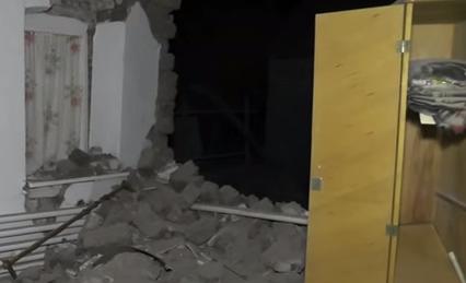 Обстрелянный дом в поселке Сартана