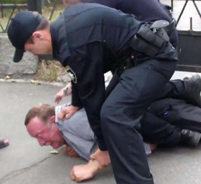 В Киеве полицейские скрутили пьяного
