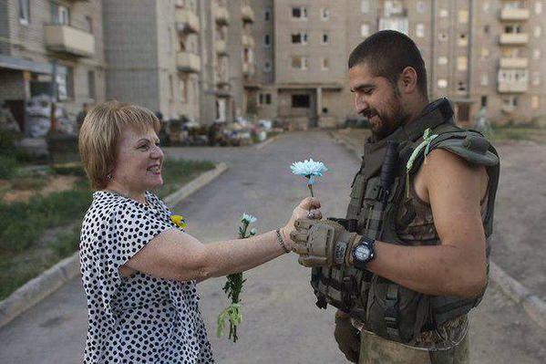 Жительница Авдеевки встречает украинского воина.
