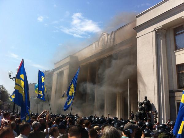 Столкновения возле парламента