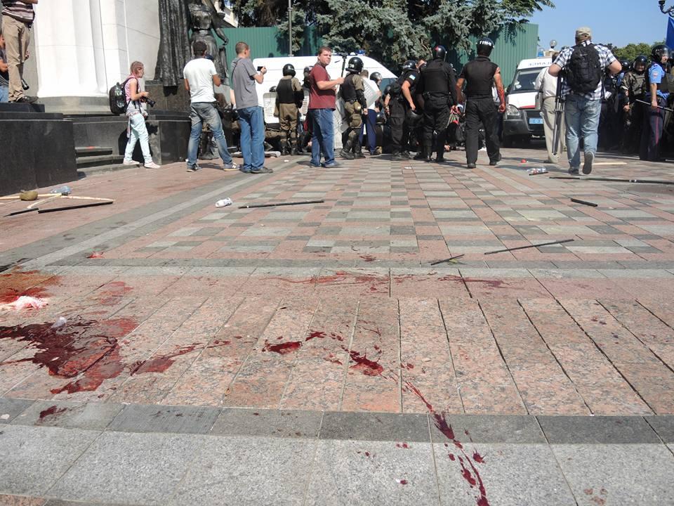 Кровь раненых правоохранителей